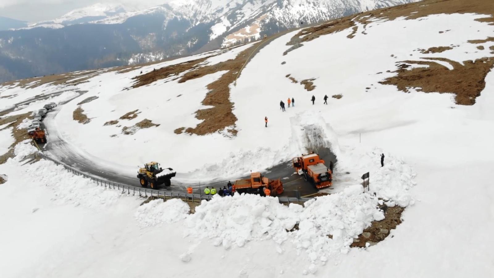 Este inca iarna pe Transalpina. Cand s-ar putea deschide cea mai inalta sosea din Romania