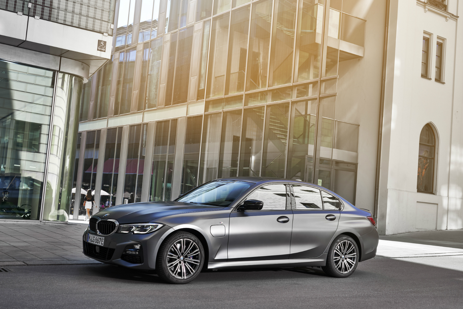 Mai sportiv si mai eficient ca niciodata datorita celei mai noi tehnologii BMW eDrive: noul BMW 330e Sedan este lansat pe piata