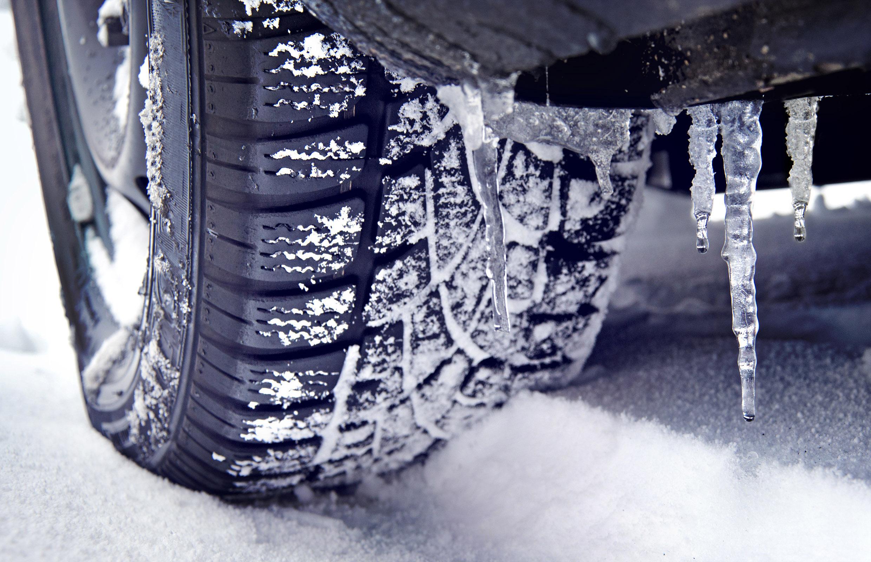 A inceput sezonul anvelopelor de iarna obligatorii. Politia anunta amenzi de pana la 2.900 de lei daca esti prins fara